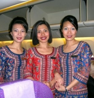 Singapore Air Stewardesses e1267683574601 Flying High on Singapore Air